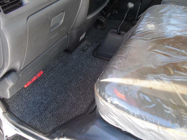 フル乗車では足元に駆動切り替え装置がある為、やや厳しい感がありますが2名乗車であれば充分な足元スペース
