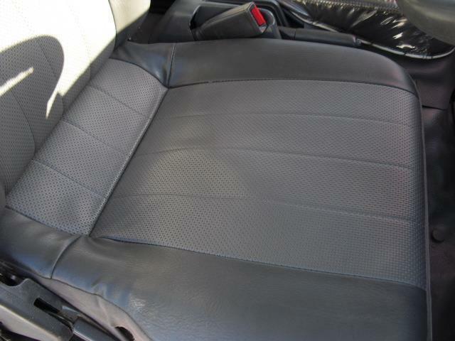 座面の破れ、焦げ穴は勿論、型崩れも殆ど無く良いコンディションを保っている運転席シート