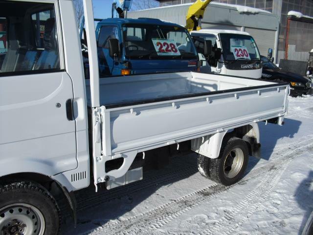小径の後輪と相まって荷台は低床仕様で積載物の積み下ろしに重宝します