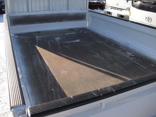 荷台底は板張り仕様。多少傷みはあるものの大きな損傷は無く現状で充分使用可能です
