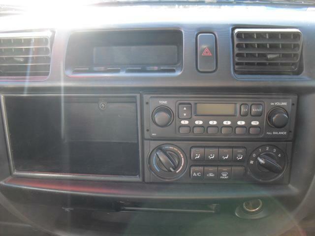 大き目のトレイBOX備えたインパネセンター部はラジオ、空調も運転席側にセットし使い勝手良く仕上げられています