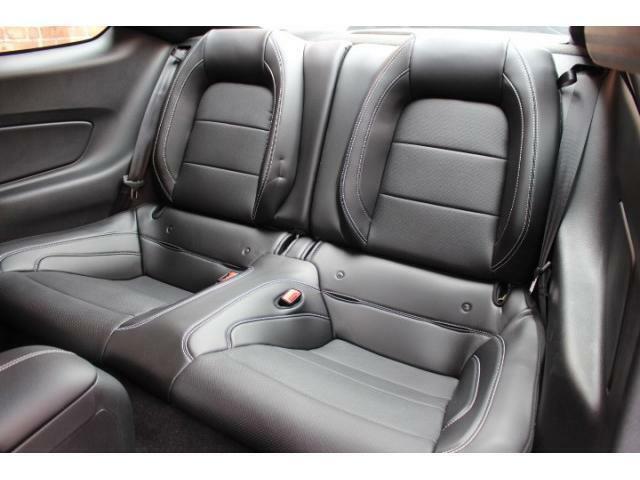 セカンドシートは2人掛けの4人乗りになります。