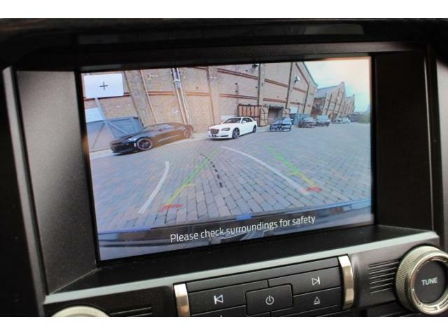 純正バックカメラも装備されており、画面に映っている線はステアリングの動きに連動しておりますのでとても見やすくなっております。