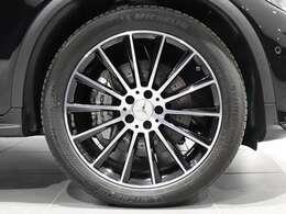 クーペの流麗な車体にダイナミックなアクセントを与える20インチの純正大径アルミホイールを装着。