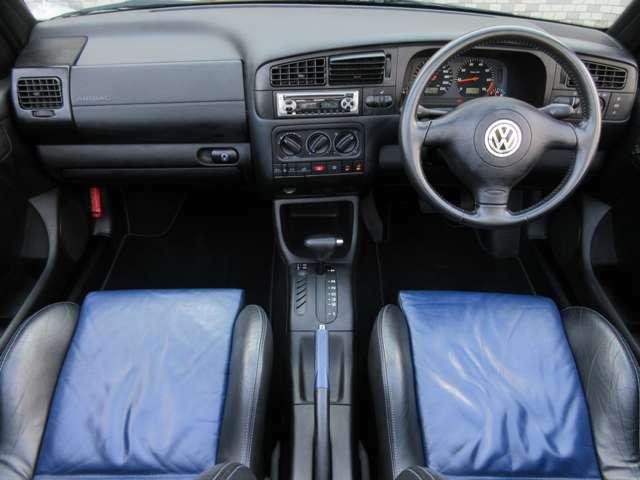 特別仕様車 カラーコンセプト ですのでシートはブルーのインテリアカラーになっています♪内装は落ち着いた雰囲気の車内になっております♪パネル類にも目立つキズや汚れ等も無くとてもキレイな状態です♪