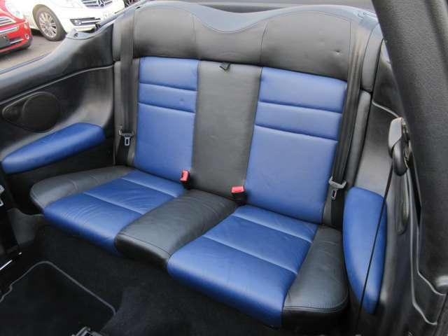 2ドア4シーターオープンなので後席シートもしっかりと装備されています♪4人乗車でドライブも楽しいですよね♪
