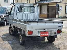 軽トラは日本の生活に最もマッチした便利な道具だ!軽自動車だから税金や維持費が安いし、小さいから裏路地や農道などの細い道でも入っていける。そして細かいことを気にせず荷物をガンガン積める堅牢性。