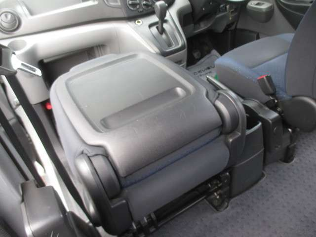 助手席シートを前側に倒すと簡易的なテーブルになりますよ!