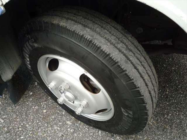 タイヤサイズは6本とも205/80R17.5 溝残量はすべて8mm以上で状態良好です!