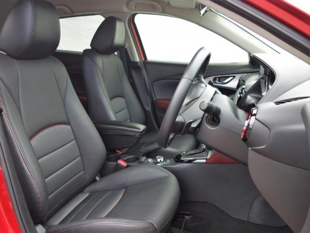 フロントシートは体に沿ってシートがしなやかにたわむ構造により、シート全体で包み込まれるような心地よいフィット感を実現。長時間ドライブでも正しいドライビングポジションを保ちやすいのが特長です。
