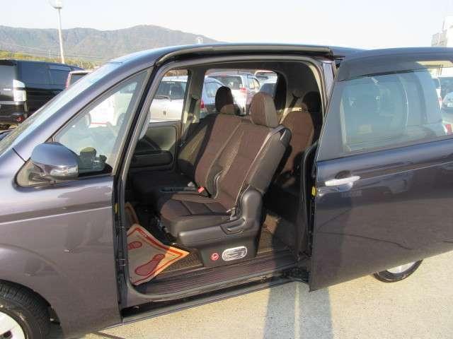 型側パワースライドドアを装備しています。車両の乗降りがしやすい低いステップなので、お子様も安心して乗り込めます。アシストグリップも持ちやすい位置に!