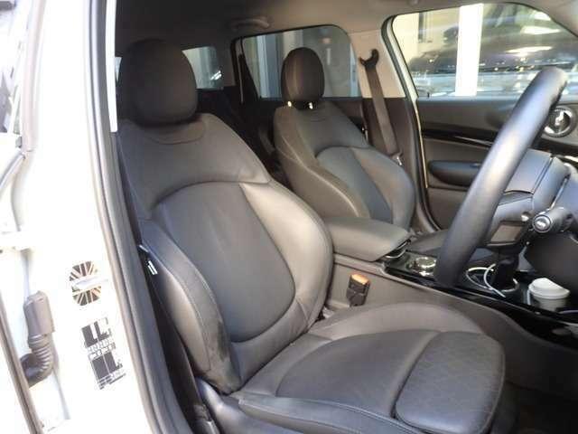 数少ないオプションの電動レザーシート(ダークトリュフ)とスポーツシートが組み合わされていますされています。