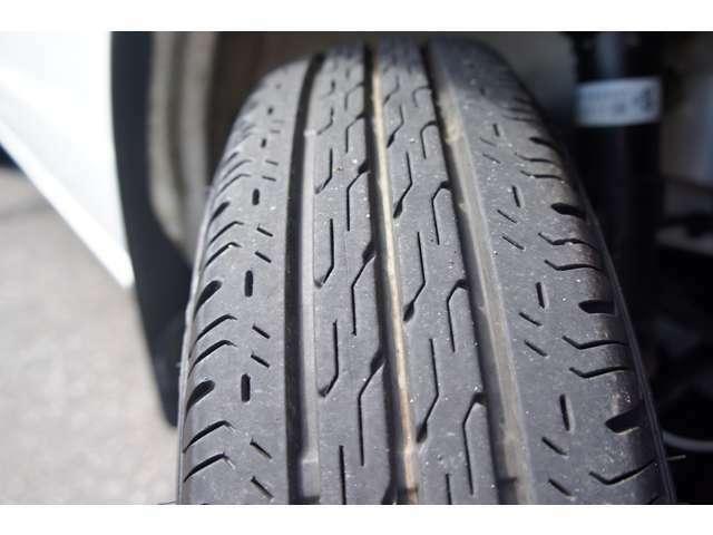 タイヤの溝まだまだあります。サイズは145/80R12
