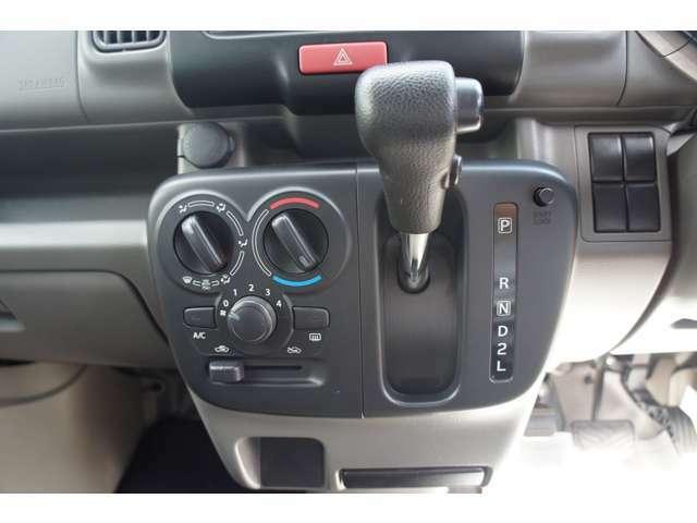 エアコン機能で快適な車内空間を保ちます。ボタンも大きく操作しやすいですよ。4AT車でどなたても運転し易い車です。