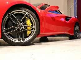 オプションの20インチマットグリジオコルサ鍛造ホイールがよりかっこよい足元を演出しております。