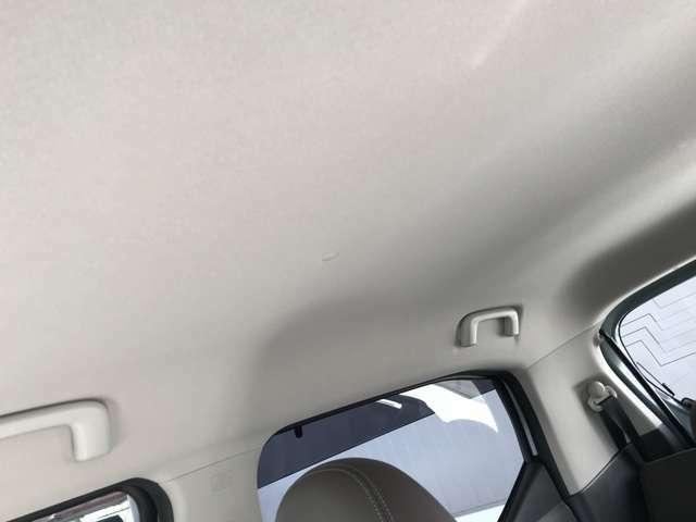 明るい色の天井は車内が広く感じます。