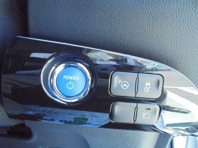 スマートキーを携帯していればキーを取り出さなくてもドアロックの解除・施錠ができます。エンジンの始動はブレーキを踏みながらスタートスイッチを押すだけです。