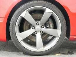 オプション 5アームローターデザインチタンルック19インチアルミホイール☆関東最大級のAudi・VW専門店!豊富な専門知識・経験で納車後もサポートさせていただきます☆