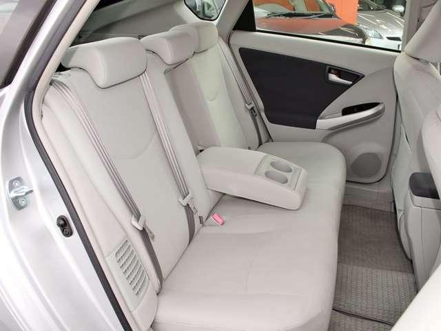 ☆リアシート☆後部座席にも肘置き、ドリンクホルダーがあるので、同乗者にも便利です!