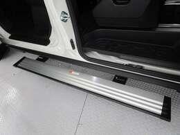 助手席側には大き目の電動サイドステップがございますので、お子様から年配の方までの乗り降りが楽になります。