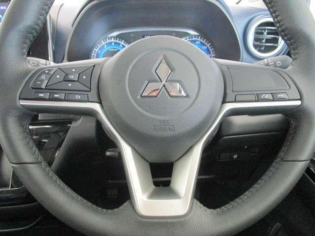 高速道路の走行時に便利なオーディオコントロールスイッチが配されたステアリング。