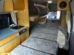 ☆ダイネットベッド展開☆ダイネットベッドは、車両の一番後ろまで続いております。最大で「275×170」の大型ベッドへと変わります♪