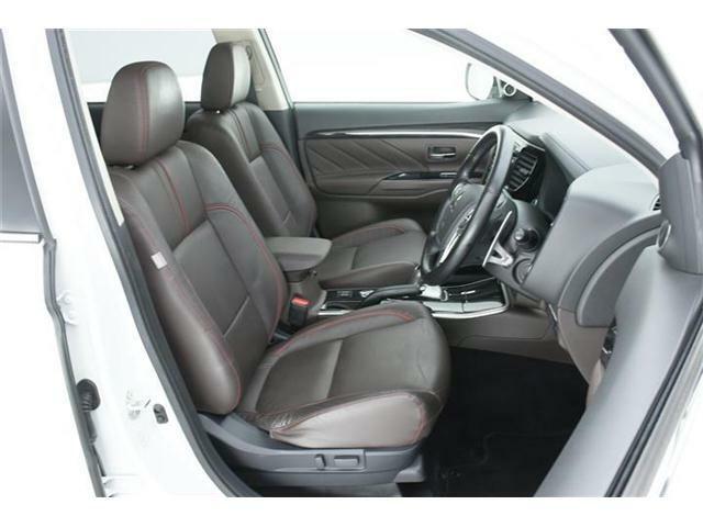 シートは高級感ある本革仕様のブラウン革シート♪前席左右シートヒーター搭載!運転席にはパワーシートも搭載されています♪