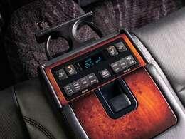 後席専用コントロールパネル搭載!リアシートはリクライニング機能搭載!
