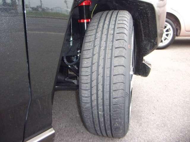 純正アルミタイヤ、サスペンションは納車時に積み込み渡しとなります。