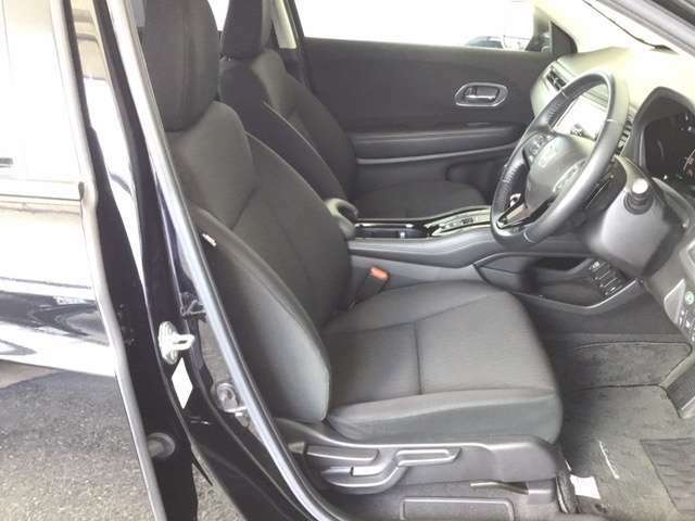 運転席は、ホールド性に優れたハイトアジャスター付きセパレートシートです。