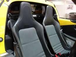 シートは運転席、助手席ともにブラッククロスバケットシートを装備。 乗員の体をしっかりサポートし、快適なドライブをお約束。