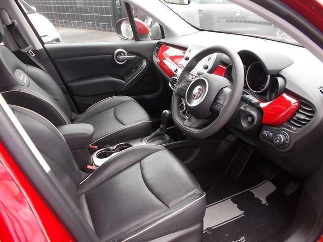 イタリア車ならではの美しさ、走りへのこだわりを感じるインテリアデザイン