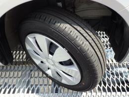 シンプルで飽きの来ないデザインのホイールキャップ!タイヤ溝もしっかり残っています!