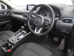 黒を基調としたシックで落ち着いた雰囲気のコクピット!乗用車より高い着座位置により視界が良く、車の大きさを感じずに運転することができます!