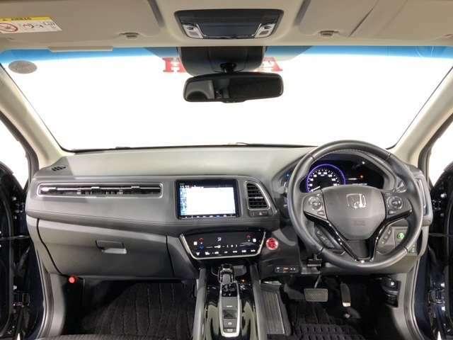 アイポイントを、見晴らしのよさと乗用車としての落ち着き感を適度にバランスさせた高さになっています。ワイドな視野角で良好な運転視界を実現してます。