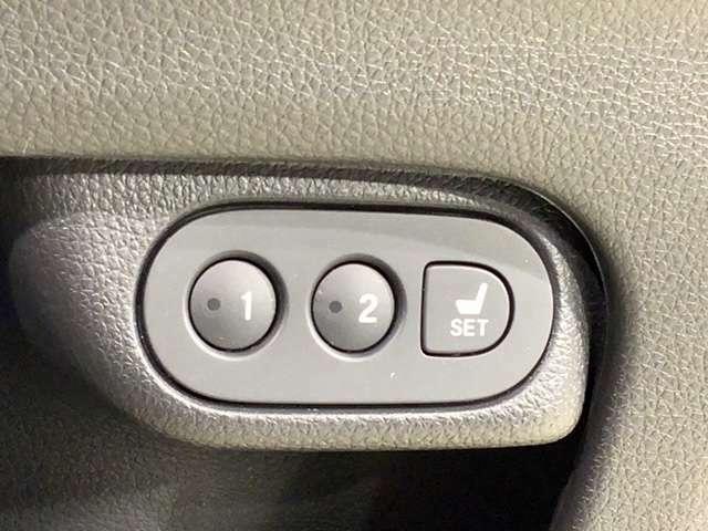 シート位置や角度を電動できめ細かに調整可能なパワーシート。運転席にはメモリー機能がついているので運転を交代した際には便利です。