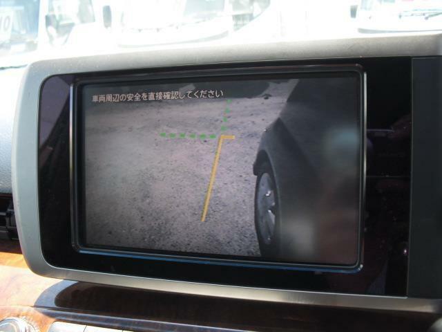 左側ドアミラーにカメラを装備。室内純正モニターに最死角の左側面前方部を表示することができます