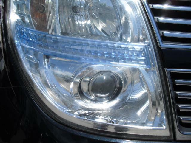 2段タイプのヘッドライトはプロジェクタータイプのレンズを備え見た目も印象的に整えます