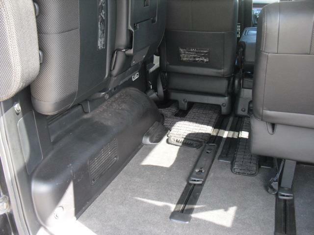 最後部席は跳ね上げ格納タイプで長形物の積載も可能です