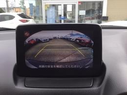 バックカメラ付きですから後ろの視界もお任せ下さい!シフトをRギアに入れると、ナビ画面に自動で切り替わりリアバンパー付近を映し出します。目視と併せて活用することで、慣れない場所での駐車も安心です♪