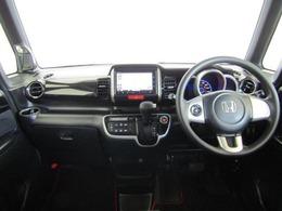 ドライバーが感覚的に操作・確認できるよう気配りされたコクピットです。スピードメーターも大きく、運転中に見やすいように配慮されています。ドリンクホルダーや小物入れなど使い勝手の良い位置に配置されています