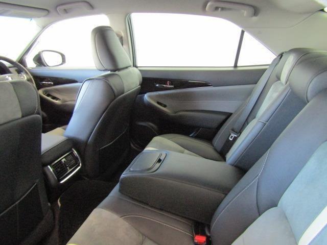 膝廻りやヘッドクリアランスにも余裕があり、センターアームレストで適度なパーソナルスペースが確保され、ゆったりと座れる後部座席です。