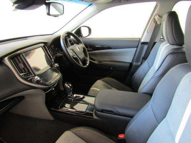 座面は柔らかくサイドもしっかりとサポートしてくれるので、運転姿勢が安定し快適に運転できます。ドリンクホルダーや小物入れなど使い勝手の良い位置に配置されています。