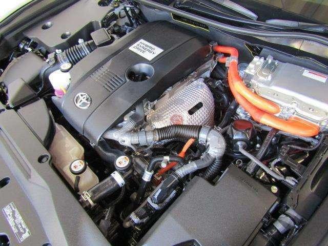 2,500ccのハイブリッドエンジンです。エンジンルームはボンネット裏からヒンジの奥まで油汚れを除去しています。