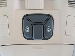 両側パワースライドドアです。両手が荷物でいっぱいの時、どちらからでもドアの開閉がラクラクです♪安全装置も付いているので、お子様の乗り降りも安心の便利機能です。