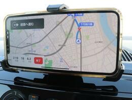 お持ちのスマートフォンをNAVI代わりに使用できるホルダーが付いております。
