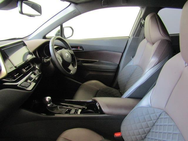 シートは高級感のある本革(一部)仕様で、フロントシートは冬でも暖かいシートヒーター付きです♪寒い日でも快適に運転できますね♪