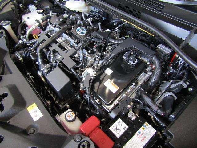 1,800ccのハイブリッドエンジンです。エンジンルームはボンネット裏からヒンジの奥まで油汚れを除去しています。
