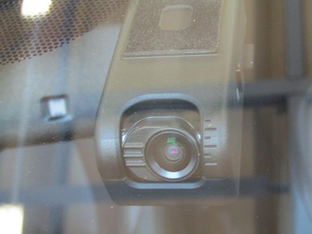 トヨタ純正カメラ一体型ドライブレコーダー搭載車両です!運転に集中出来て、快適なドライブが楽しめますよ♪