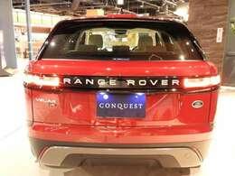 長距離ドライブなどの安全性を高める車線逸脱警告システム。 方向指示器を出さずに車線から逸脱しそうになると、ビジュアルで警告するとともにステアリングホイールを振動させて、ドライバーに注意を促します